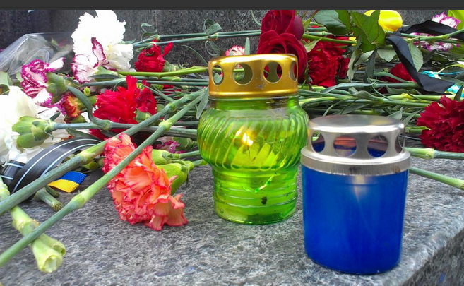 Сотни харьковчан принесли цветы и свечи к месту теракта: опубликованы фото