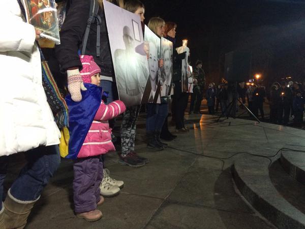 В Харькове со слезами на глазах почтили память жертв теракта. Опубликованы фото и видео