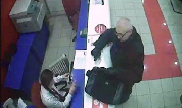 """В Киеве разыскивают """"конфетного"""" грабителя банков: опубликовано видео с камер наблюдения"""