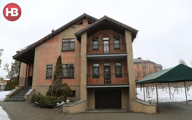 В трехэтажном коттедже беглого Азарова под Киевом может пожить любой желающий