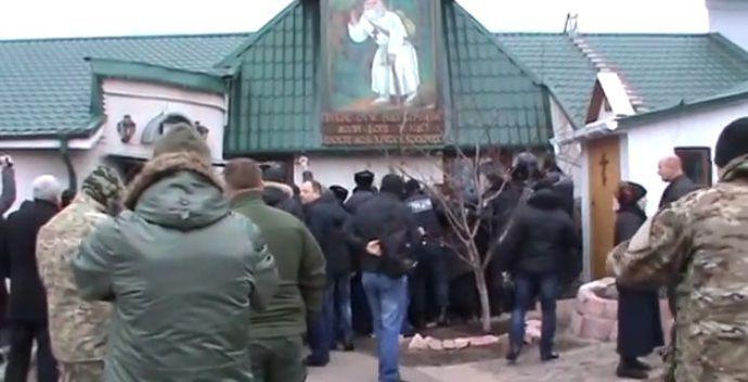 В Киеве священник раскопал могилу умершей жены и объявил ее святой