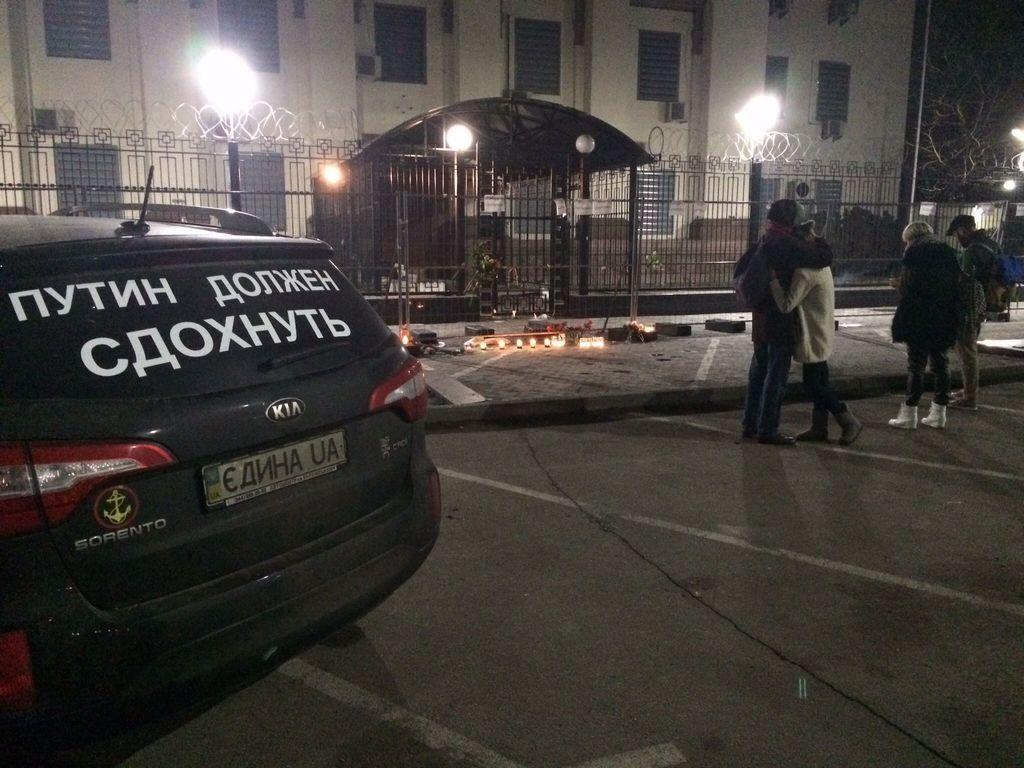 К посольству РФ в Киеве несут цветы и зажигают свечи в память о Немцове. Фотофакт