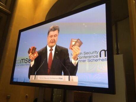 """Порошенко в Мюнхене показал военные билеты и паспорта """"заблудившихся"""" в Украине российских солдат: фото и видео"""