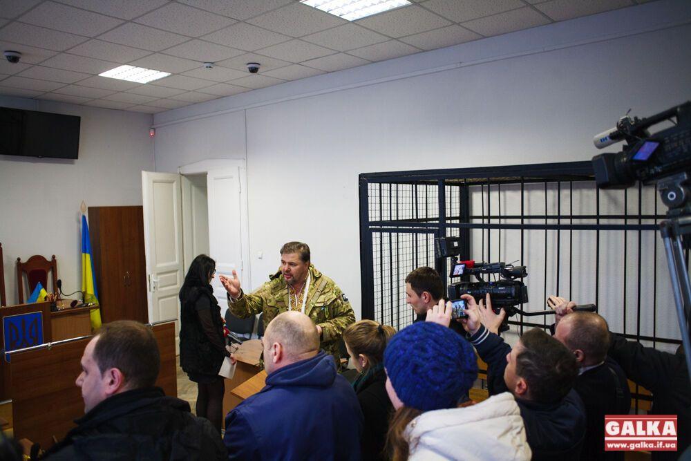 Агитировавший против мобилизации журналист взят под стражу: видео из зала суда
