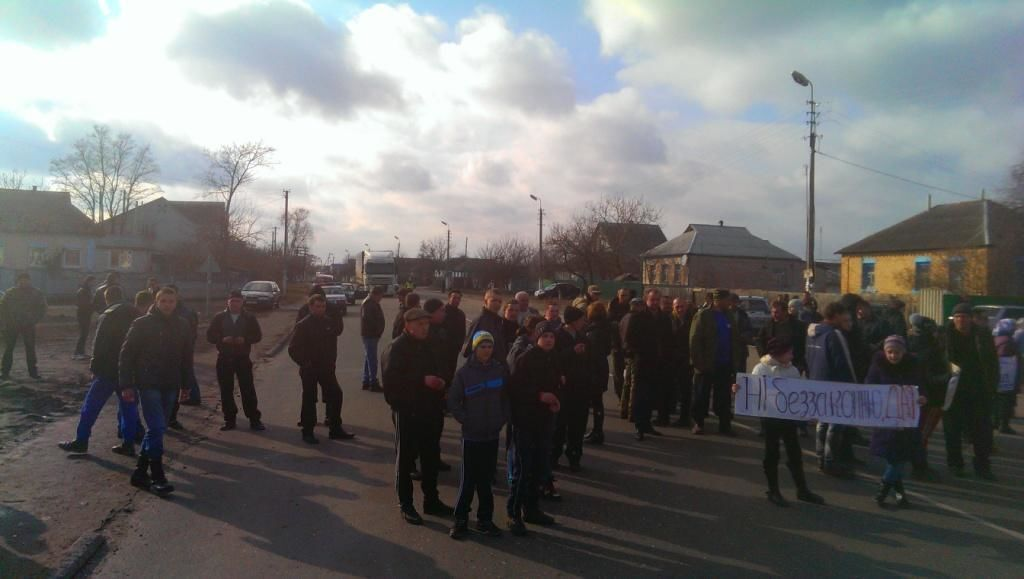 На Черниговщине ГАИшники избили трех мужчин. Люди перекрыли трассу: фото протестов