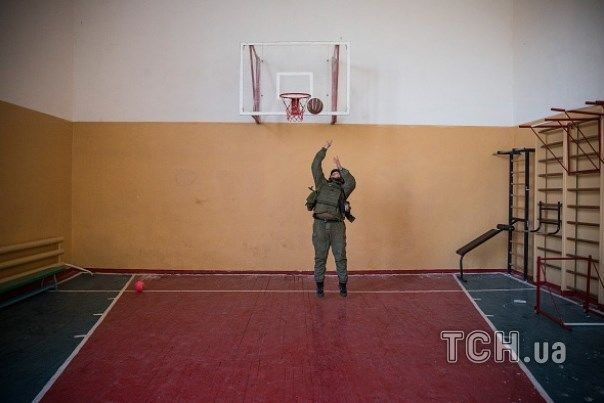 Фотографы показали досуг и быт бойцов АТО под Мариуполем