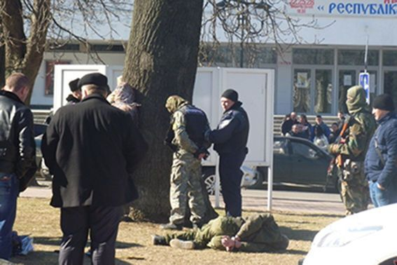 """В Хмельницком задержаны """"бойцы"""", перевозившие арсенал оружия: фотофакт"""