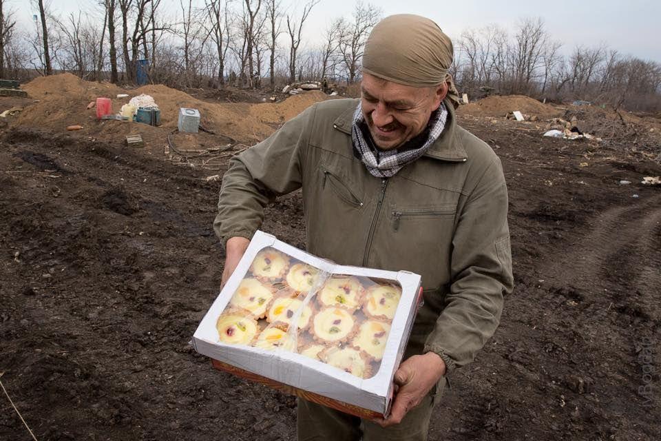 Весна в зоне АТО. Бойцам привезли кучу сладостей и резиновые сапоги: фото с передовой