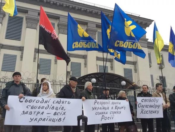 В Киеве около 30 человек пикетировали посольство России