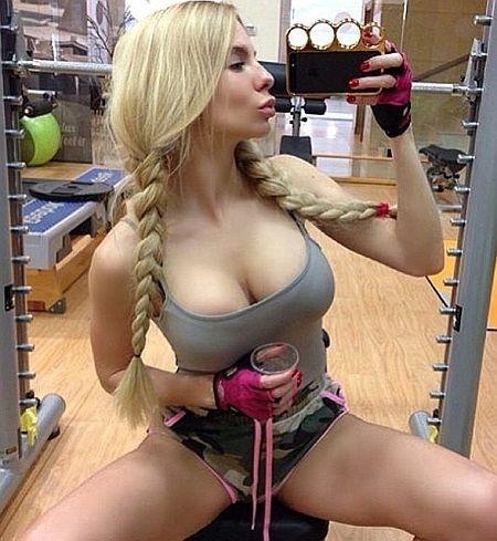 Жена украинского чиновника выкладывает в сеть сотни откровенных фото
