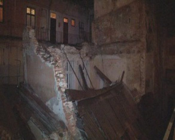 Во Львове рухнуло двухэтажное здание: фото- и видеофакты
