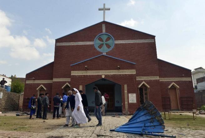 В Пакистане талибы взорвали две христианские церкви: подозреваемых линчевали