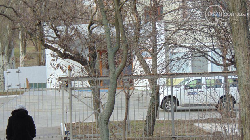 Знай наших! Хулиган-силач вырвал из цемента мусорку под офисом ОБСЕ