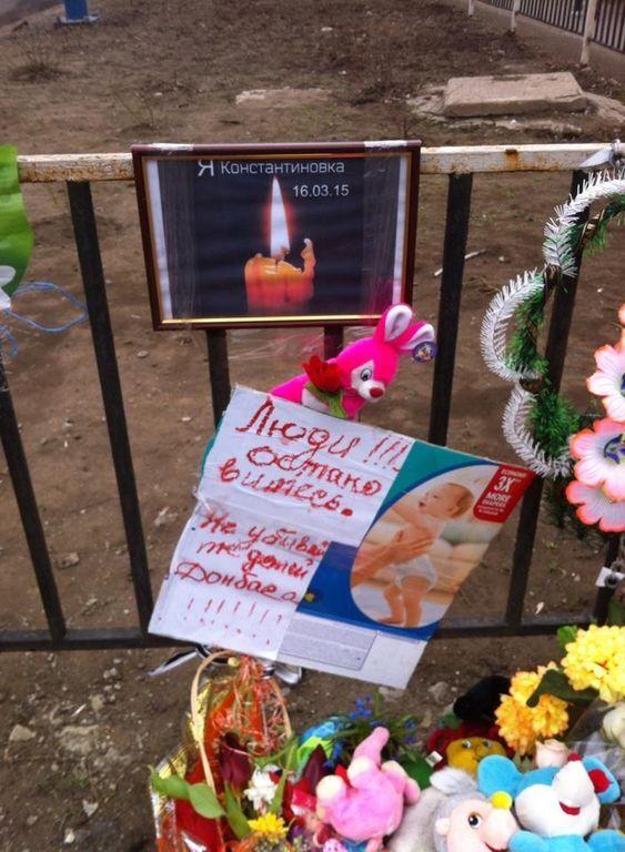 В Константиновке жители принесли цветы и игрушки к месту гибели девочки в ДТП