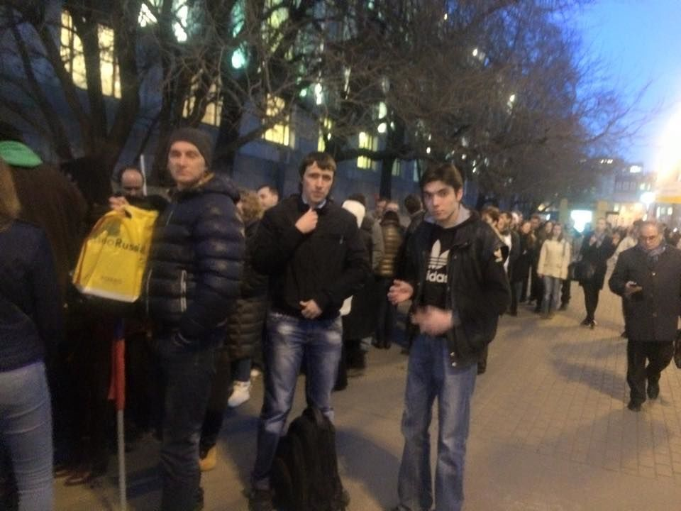 """Москвичі вишикувалися в чергу за грошима після """"кримського шабашу"""": фотофакт"""