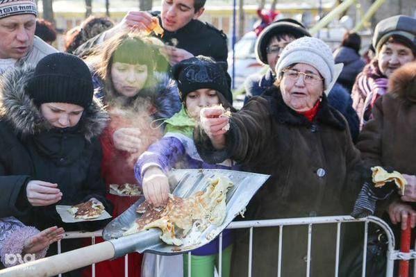 В России участников фестиваля уличной еды кормили с лопаты. Фотофакт