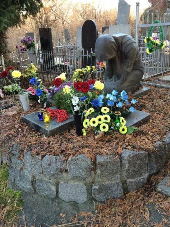 В Киеве украли памятник с могилы писателя
