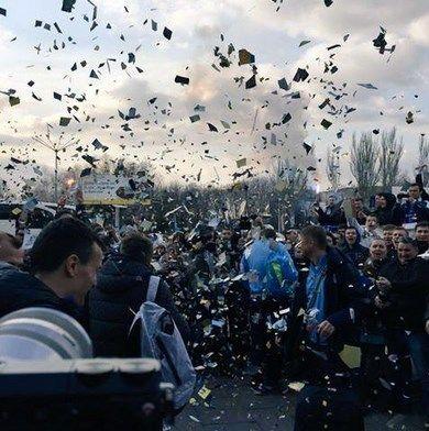 """Фанати ефектно зустріли """"Дніпро"""" в Україні: яскраві фото і відео"""