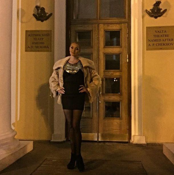 Волочкова в мини-платье каталась на велосипеде по Крыму