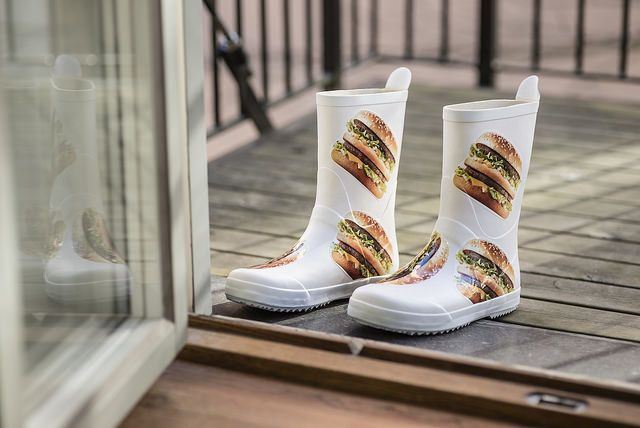 """McDonalds запустил линию """"вредной"""" одежды с """"Биг Маками"""""""