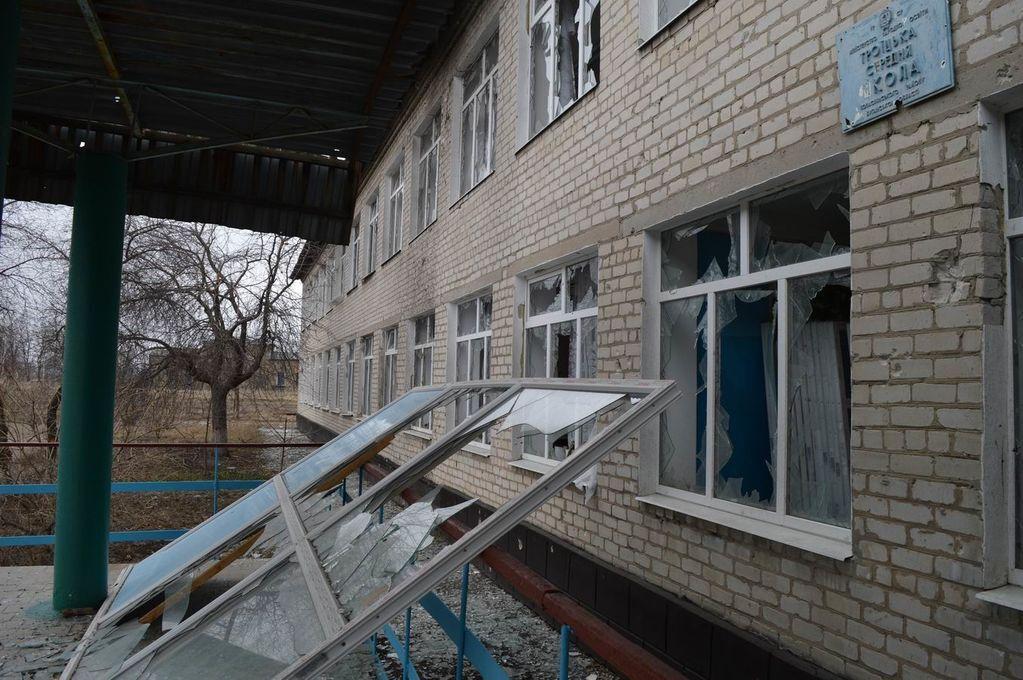 Террористы из артиллерии повторно разрушили школу в Троицком: фоторепортаж