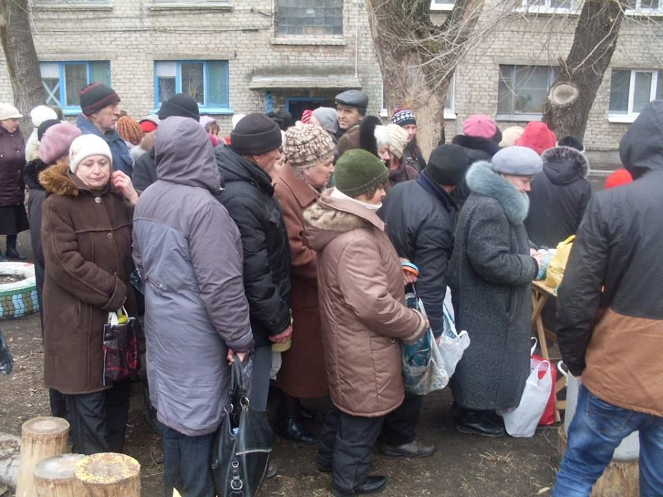 """Блеск и нищета """"ЛНР"""". Голодные луганчане выстроились в длинную очередь за бесплатным борщом и кашей: фотофакт"""
