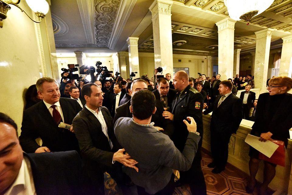 У кулуарах Ради сталася масова бійка: депутати рознесли прес-пойнт. Відео і фото бійки