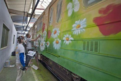 В киевском метро разрисовали ромашками вагон: опубликованы фото