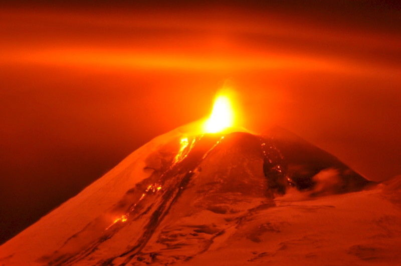 В Чили вулкан изверг огненный столб до тысячи метров высотой: удивительные фото и видео