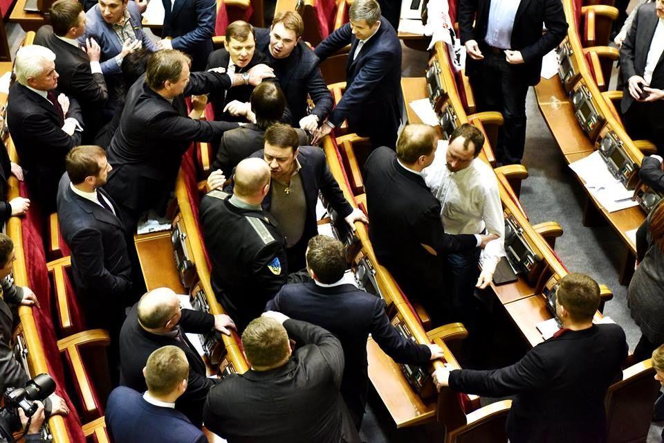Драка в Раде возобновилась, Гройсман закрыл заседание: видеофакт