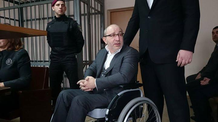 Кернес прибыл в суд на инвалидной коляске. Заседание отложили