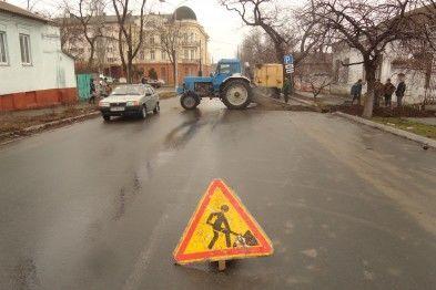 """В Мариуполе распилили пополам дорогу, чтобы достать """"антикварную"""" трубу: фотофакт"""
