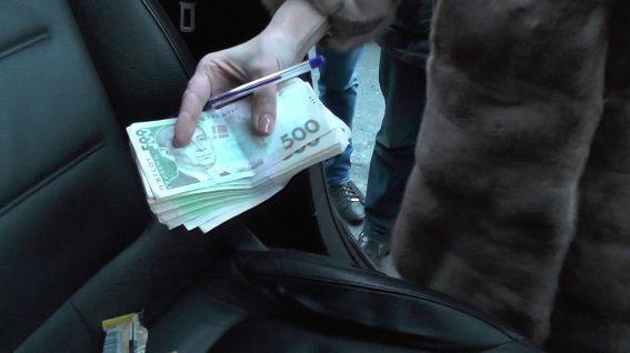 В Киеве взяточники-чиновники при задержании забаррикадировались в автомобиле