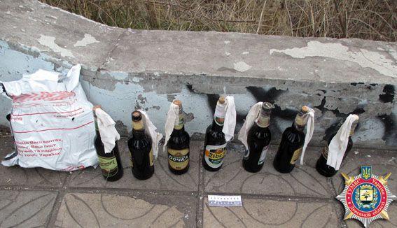 В одном из парков Мариуполя нашли бутылки с коктейлем Молотова: фотофакт