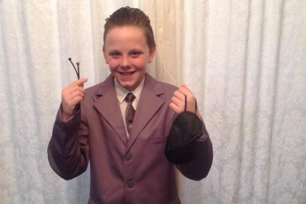 """11-летний мальчик шокировал школу костюмом из """"50 оттенков серого"""": фотофакт"""