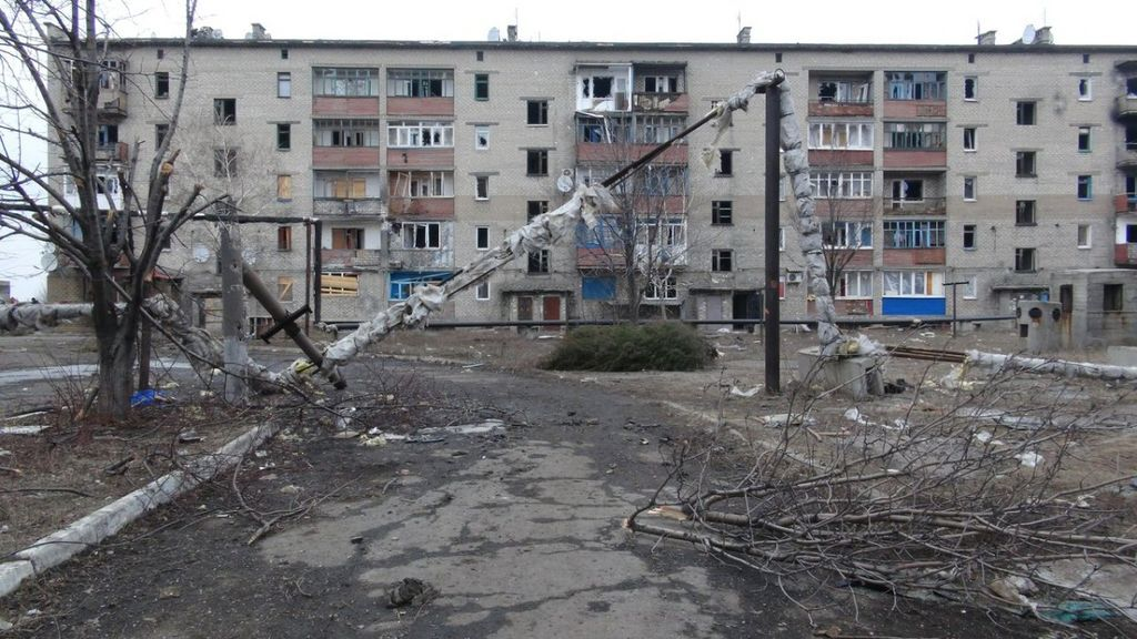 """Дебальцеве зараз і рік тому: хто і як кликав """"російський світ"""", руйнування і голод"""