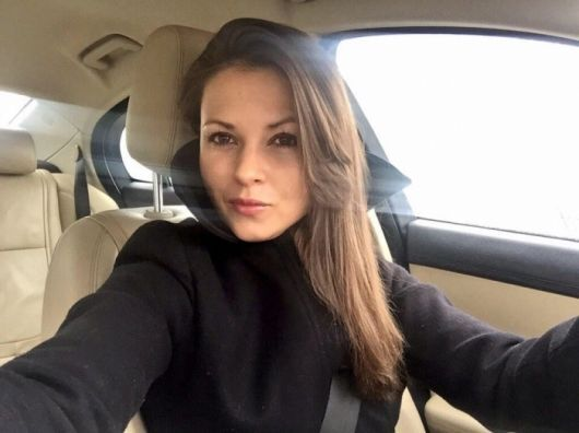 Московская чиновница оскандалилась из-за фото своего кота, который ест черную икру