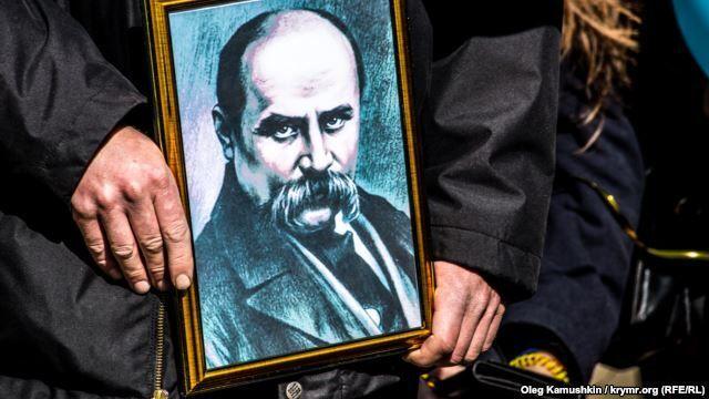 В Крыму под носом у оккупантов памятник Кобзарю украсили сине-желтыми лентами: фотофакт