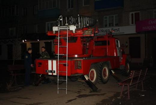 В Харькове грабитель-неудачник хотел сбежать по проводам и застрял: фотофакт