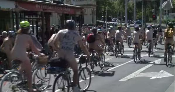 В Австралии обнаженные велосипедисты провели велопробег: опубликованы фото и видео