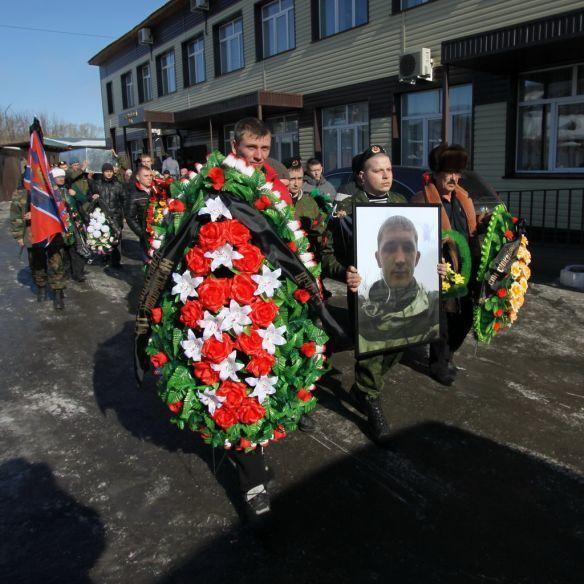 """Воевал в танке, приехал в цинке. В Барнауле похоронили отважного танкиста """"Новороссии"""": фотофакт"""