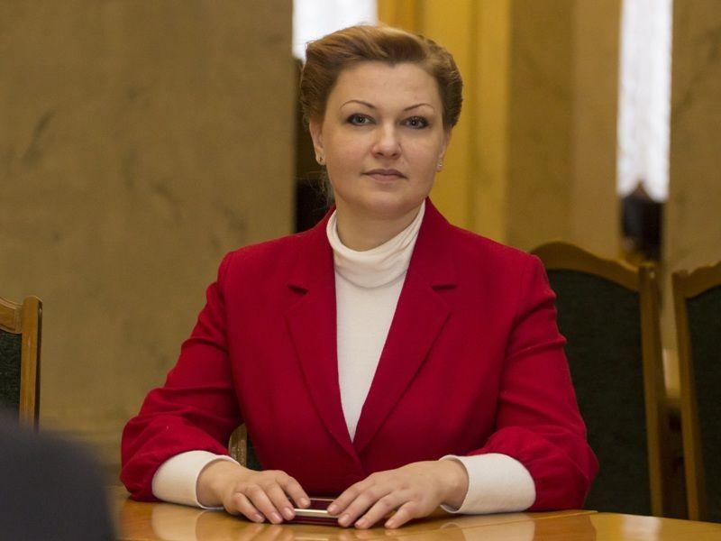 Нардеп Оксана Продан носит красные платья под цвет партии
