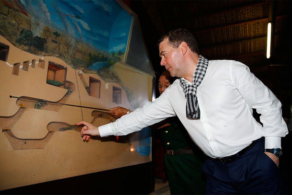 Hello Kitty: Дмитрий Медведев шокировал сеть подростковым стилем