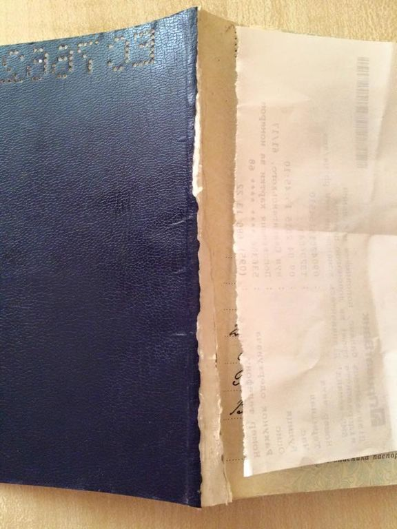 Російський прикордонник знівечив паспорт українцю, щоб той не потрапив додому: фотофакт
