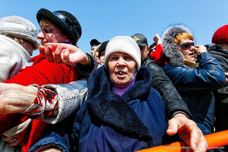 Лопаты отдыхают! В России во время молебна бросали яйца в толпу