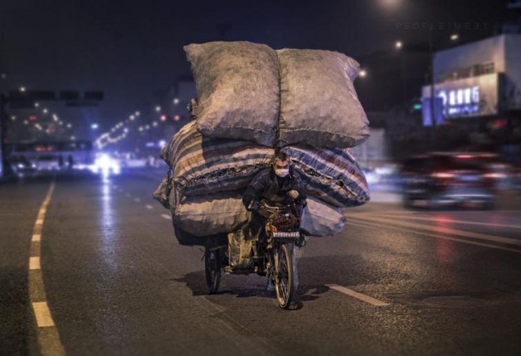 20 перегруженных транспортных средств, которые едут, невзирая ни на что