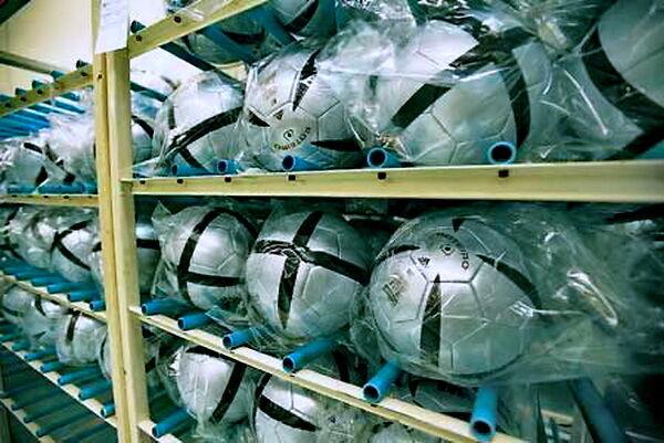 Как делают профессиональные футбольные мячи