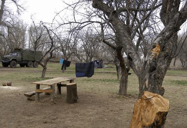 На Донбассе бойцы ночуют в бывшем тубдиспансере: плесень и теснота