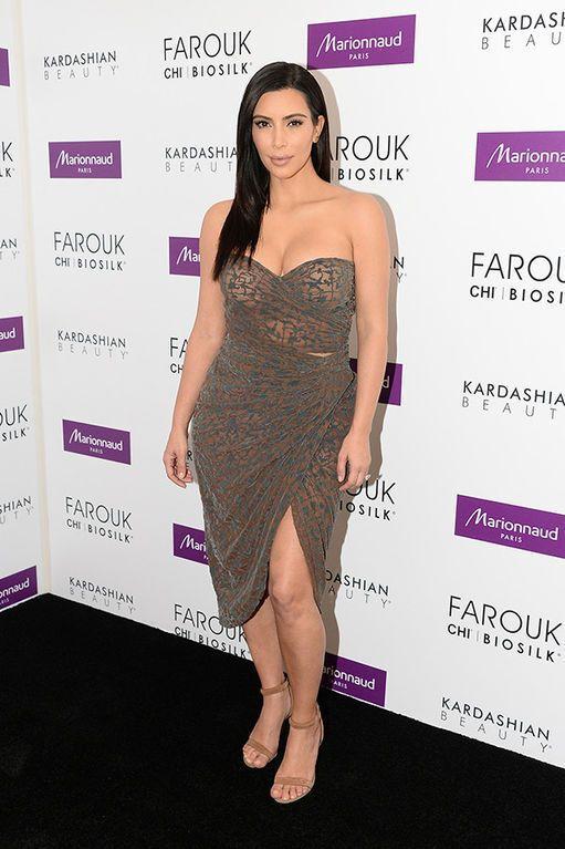 Ким Кардашян прогулялась по Парижу в одном бюстгальтере