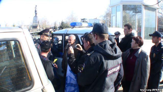 """У Севастополі окупанти розігнали мітинг проти нової """"влади"""": відеофакт"""